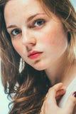 Lentiggini del ritratto di bellezza dello studio della donna con capelli lunghi Fotografia Stock