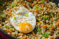 Lentilhas com ovo frito Fotos de Stock Royalty Free