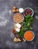 Lentilhas, grão-de-bico, porcas, feijões, espinafres, tofu, brócolis e qui Fotografia de Stock Royalty Free