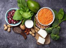 Lentilhas, grão-de-bico, porcas, feijões, espinafres, tofu, brócolis e qui Imagens de Stock