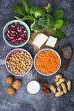Lentilhas, grão-de-bico, porcas, feijões, espinafres, tofu, brócolis e qui Fotos de Stock Royalty Free