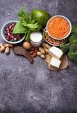 Lentilhas, grão-de-bico, porcas, feijões, espinafres, tofu, brócolis e qui Foto de Stock