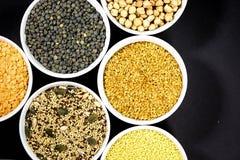 Lentilhas misturadas do verde de Chia Linseed Couscous Chickpeas Red do girassol das sementes fotografia de stock