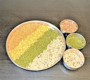 Lentilhas misturadas na placa de aço Fotografia de Stock Royalty Free