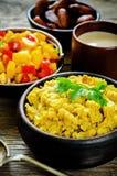 Lentilhas vermelhas com caril e datas e uma salada da manga e do tomate Imagem de Stock