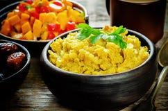 Lentilhas vermelhas com caril e datas e uma salada da manga e do tomate Fotografia de Stock Royalty Free