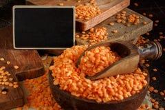Lentilhas vermelhas em uma bacia com um quadro pequeno Fotografia de Stock Royalty Free