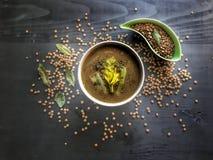 Lentille crème de soupe sur le fond noir, nourriture végétarienne délicieuse Vue supérieure image libre de droits