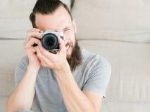 Lentille de regard d'appareil-photo d'homme de mode de vie de passe-temps de photographe photographie stock libre de droits