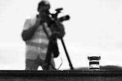 Lentille et cameraman, noirs et blancs Image stock
