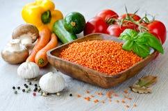 Lentille rouge et différents légumes Photos stock
