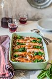 Lentilles avec des saucisses et des épinards Image stock