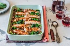 Lentilles avec des saucisses et des épinards Photo libre de droits