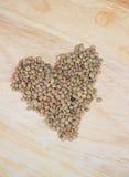Lentilles crues sur le bureau en bois Photographie stock