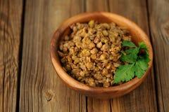 Lentilles cuites dans la cuvette en bois Image libre de droits