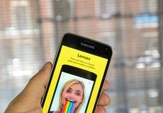 Lentilles de Snapchat à un téléphone portable Images stock