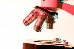 Lentilles et oculaires de microscope pour la recherche scientifique photographie stock libre de droits