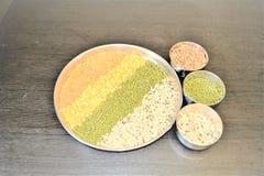 Lentilles mélangées dans la plaque d'acier photographie stock