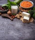 Lentilles, pois chiche, écrous, haricots, épinards, tofu, brocoli et chi Photo libre de droits