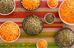 lentils variações diferentes na mesa de cozinha imagens de stock