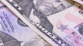 Lento girando cincuenta dólares de cuentas del americano Fondo con el dinero almacen de metraje de vídeo