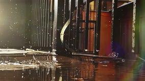 Lento-moto-metraggio: le gocce cadono dal tetto e nella spruzzatura della pozza video d archivio