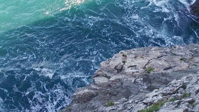 Lento negligenciando os penhascos atrás da praia escondida de Gulpiyuri video estoque