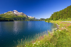 Lenzerheidedorp met Haidisee in Zwitserse Alpen Stock Foto