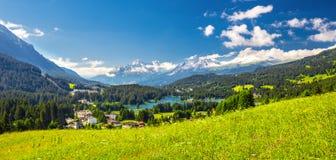 Lenzerheidedorp met Haidisee in Zwitserse Alpen Royalty-vrije Stock Foto's