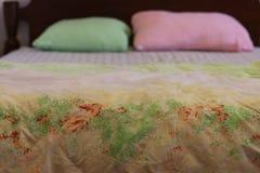 Lenzuola con i cuscini rosa e verdi Fotografia Stock Libera da Diritti
