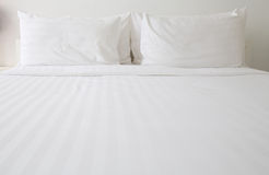 Lenzuola e cuscini bianchi Immagine Stock Libera da Diritti