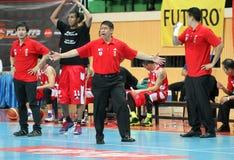 Leo Austria huvudtränare av San Miguel Beermen i handling under ASEAN-basketligan  Fotografering för Bildbyråer