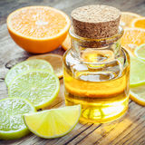 Óleo essencial do citrino e fatia de frutos maduros: laranja, limão e Imagens de Stock Royalty Free