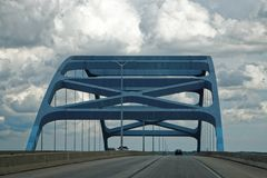 Leo Frigo Memorial Bridge i Green Bayen, Wisconsin Arkivbilder