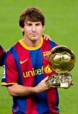 Leo Messi con el trofeo de oro de la bola de la FIFA Imagenes de archivo