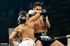 Leo Pinto de Francia y Mourad Harfaoui de Marruecos en la lucha tailandesa 2013. Imagen de archivo libre de regalías