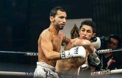 Leo Pinto de Francia y Mourad Harfaoui de Marruecos en la lucha tailandesa 2013. Fotografía de archivo