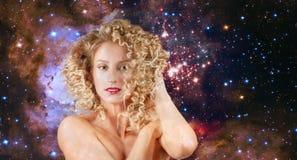 Leo Zodiac Sign på bakgrund för natthimmel wavy kvinna för hår arkivbild