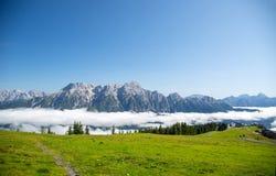 Leogang austriaco di Salisburgo delle alpi Alpi austriache di bello paesaggio della nebbia di mattina del cielo blu di estate Fotografie Stock