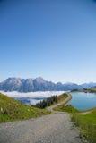 Leogang austriaco di Salisburgo delle alpi Alpi austriache di bello paesaggio della nebbia di mattina del cielo blu di estate Fotografia Stock