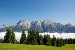 Leogang austriaco di Salisburgo delle alpi Alpi austriache di bello paesaggio della nebbia di mattina del cielo blu di estate Fotografie Stock Libere da Diritti