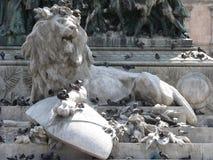 Leon con i piccioni, Milano (Italia) Royalty Free Stock Photography