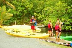 Leçon de degré de sécurité de kayak sur l'eau Photographie stock