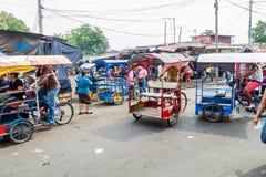 LEON, NICARÁGUA - 25 DE ABRIL DE 2016: Vista de táxis da bicicleta no mercado terminal do la de Mercado em Leon, Nicarag fotos de stock
