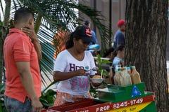 Leon, Nicarágua - 10 de março de 2018: Mulher nicaraguense dos recursos escassos que vendem na rua foto de stock