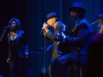 Leonard Cohen exécute sur l'étape chez Sportarena Photos stock