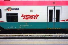 Leonard Express Train Stopp Railway-Stations-Plattform Lizenzfreies Stockfoto