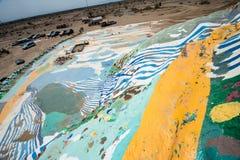 Leonard Knights pintou a montanha do salvação em Beal Road fora de Niland, Califórnia imagens de stock