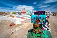 Leonard Knights pintou a montanha do salvação em Beal Road fora de Niland, Califórnia fotografia de stock