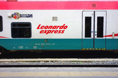 Leonard pociąg ekspresowy Zatrzymuje staci kolejowej platformę Zdjęcie Royalty Free